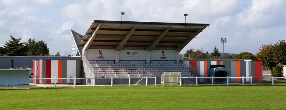Construction de vestiaires en extension des tribunes d'un complexe sportif
